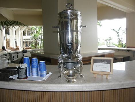 プールカウンターにコーヒーが