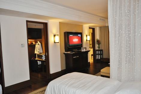 ベッドの向かいにクローゼットとバスルーム