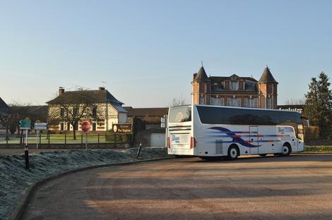 朝日を浴びるツアーバス