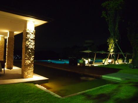 夜のレストランとプール