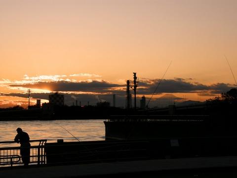 京浜工業地帯の夕暮れ