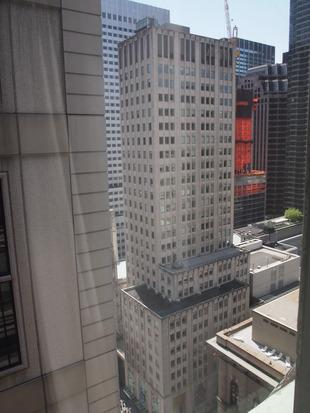ビルの合間ですが 空が少し見えます