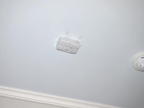 天井をとりあえずセロテープで修理