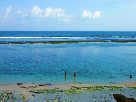 眼下にはきれいな海岸が