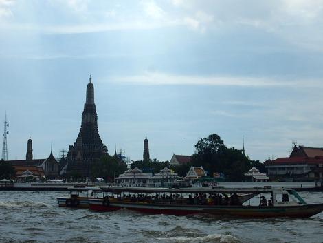 ボートから見る暁の寺