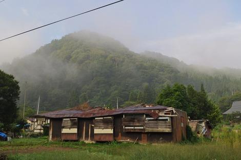 朝靄の廃屋