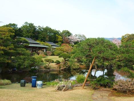 池越しの「高砂」〈左側)