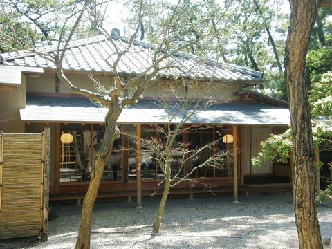 右側に日本お屋敷が
