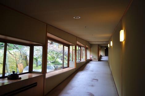 ロビーからお部屋をつなぐ長い廊下