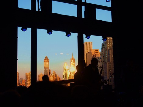 夕日を浴びるジャズクラブ