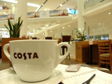 空港で一休み、大きなコーヒー