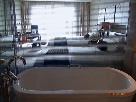 洗面所から部屋を見る