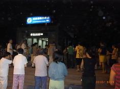 駅前で踊る人たち1