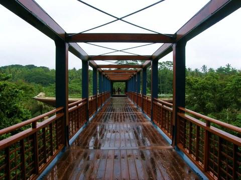 ホテルへ入る吊り橋