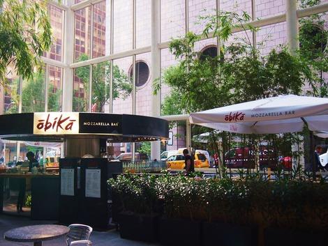 ガラス張りのカフェ OBIKA