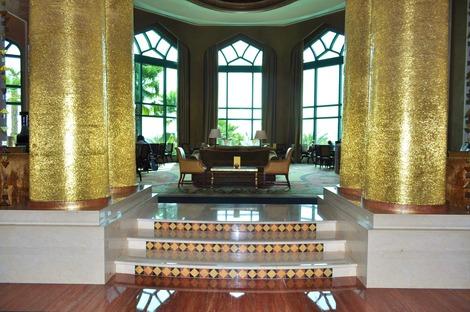 黄金の柱のカフェ