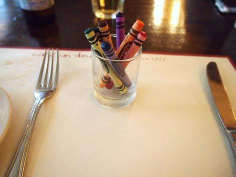 テーブルにはクレヨンが
