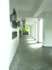 真っ白な外廊下2