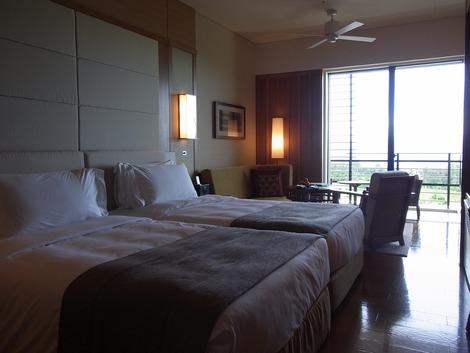 左側にはベッド