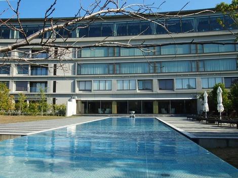 池から見るホテル