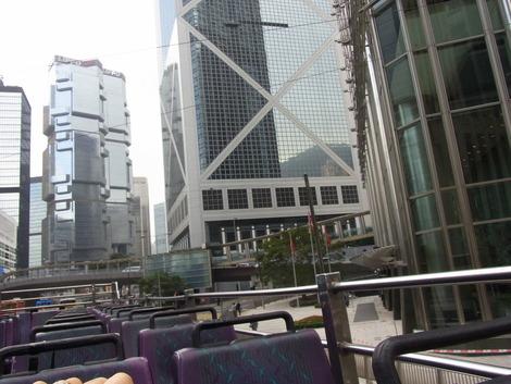 オープントップバスから見る金融街