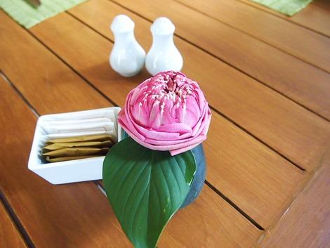 テーブルに飾ってあるハスのお花
