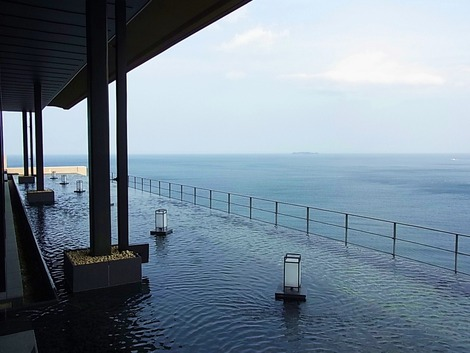 海に面して