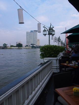 川沿いのテーブル