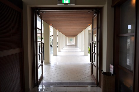 ロビーと宿泊棟を結ぶ回廊