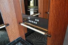 エレベーターの手すりに