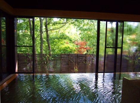 紅葉がきれいな大浴場