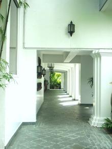 真っ白な外廊下1