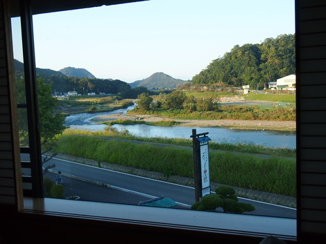 窓から川が見えます