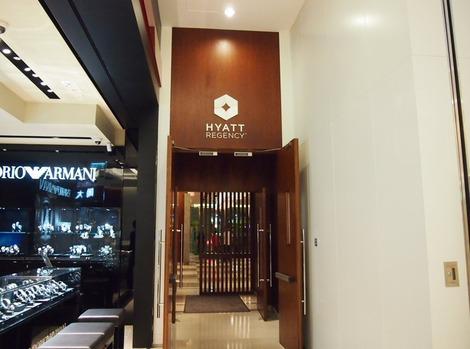 ショッピングビル内のホテル入口
