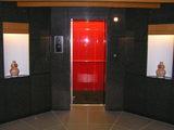 エレベーターの中は真っ赤です!