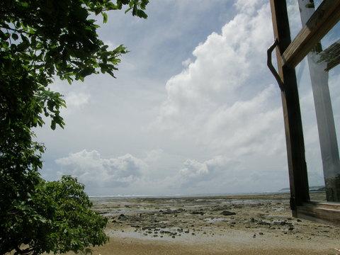窓辺から見る海
