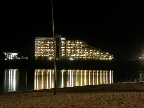 夜の海に浮かぶ日航ホテル