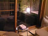 椅子の間から見る夜のベランダ