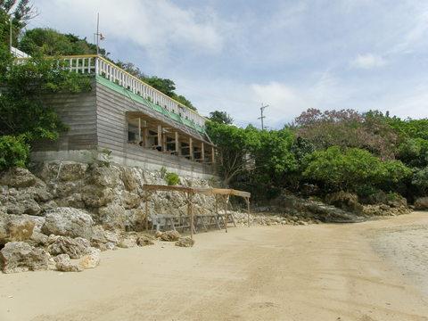 海辺から見る 「浜辺の茶屋」