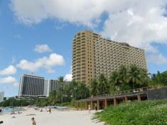 浜辺から見るホテル1