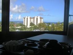 海と宿泊棟が見えます