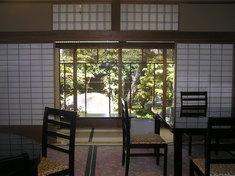 広い和室にテーブル席