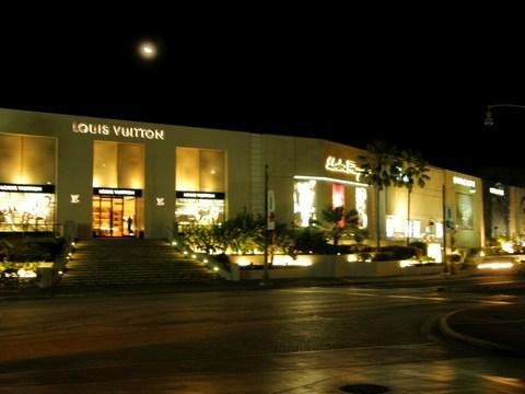 夜のブランド街