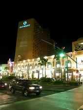 夜のアウトリガーホテル