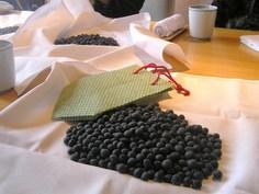 黒豆を分けています
