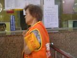 日本語案内のおばあさん