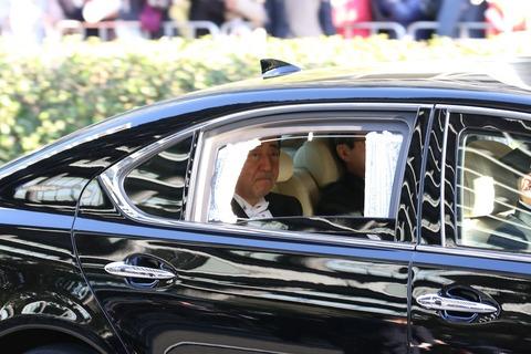 安倍首相が車内から