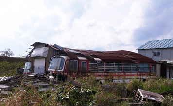 廃バス2台を繋げた倉庫