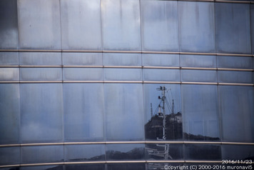 旧フェリーターミナルに映る測量山1
