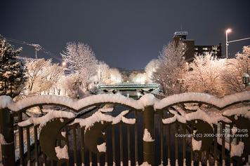 雪の日の知利別川